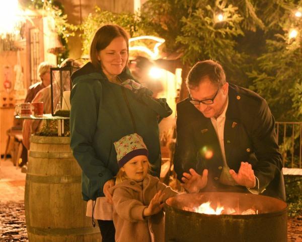 Familie im Innenhof Weihnachten@Lederer