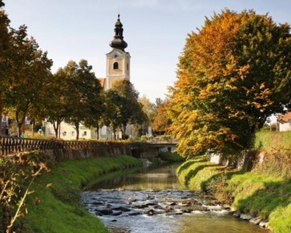 Safenbach mit Pfarrkirche@Bergmann