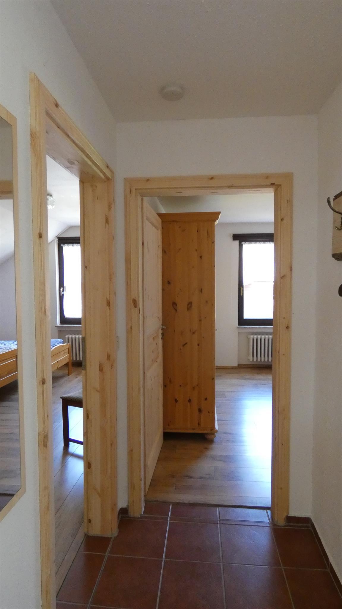 Flur mit Blick auf beide Schlafzimmer