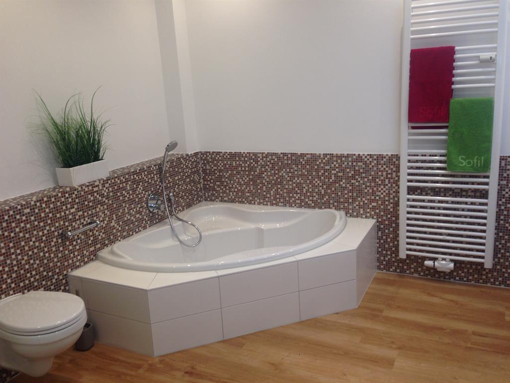 Hauptbad mit Wanne und Dusche