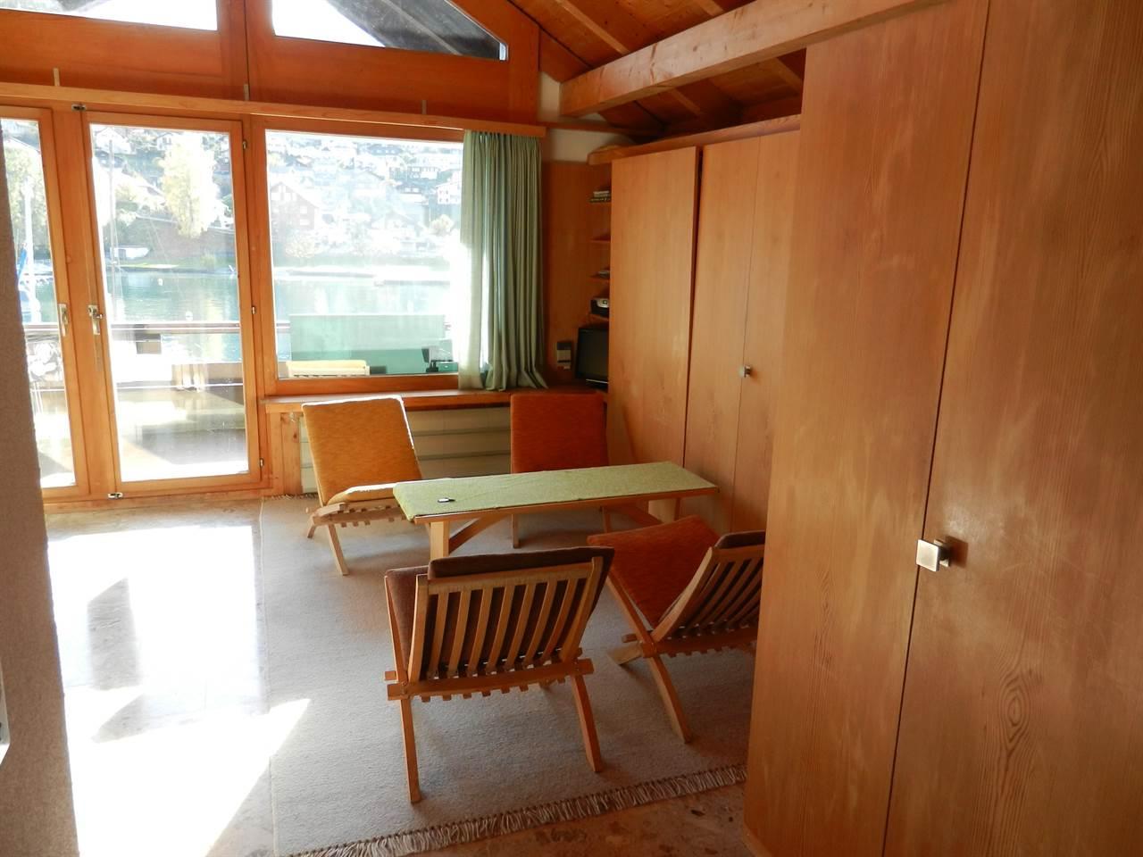 Wohnzimmer mit zwei Wandklappbetten