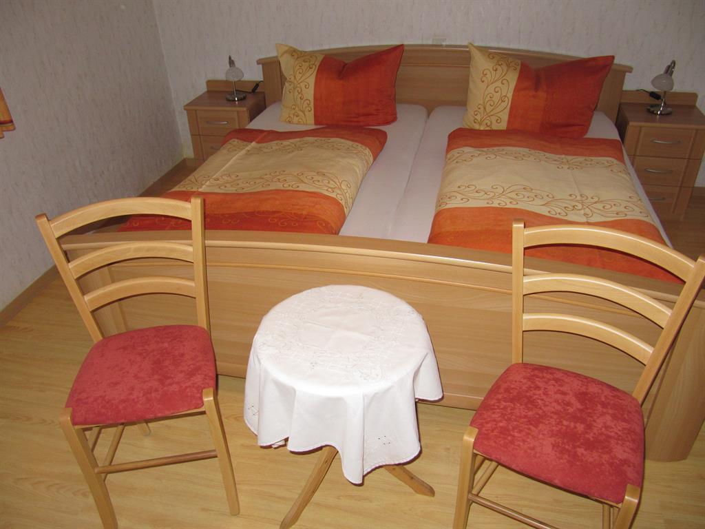 Schlafzimmer 1 b