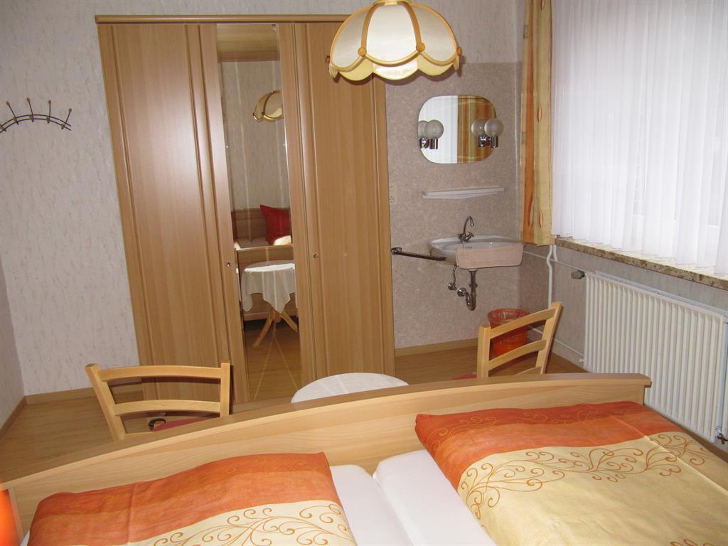 Schlafzimmer 1 a