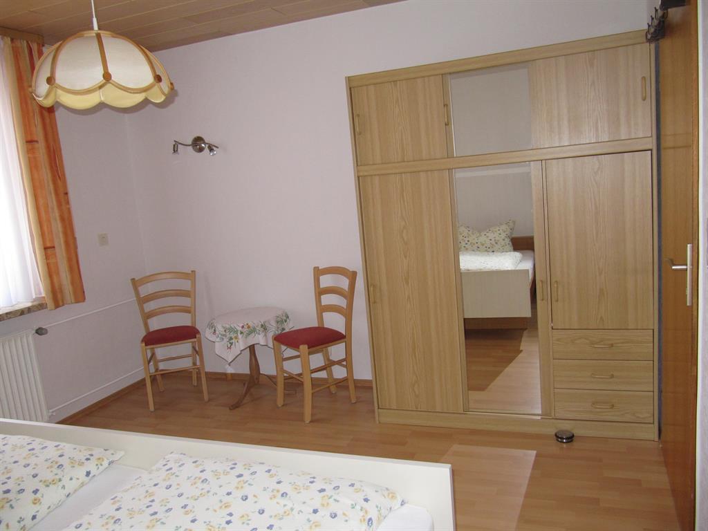Schlafzimmer 2 b