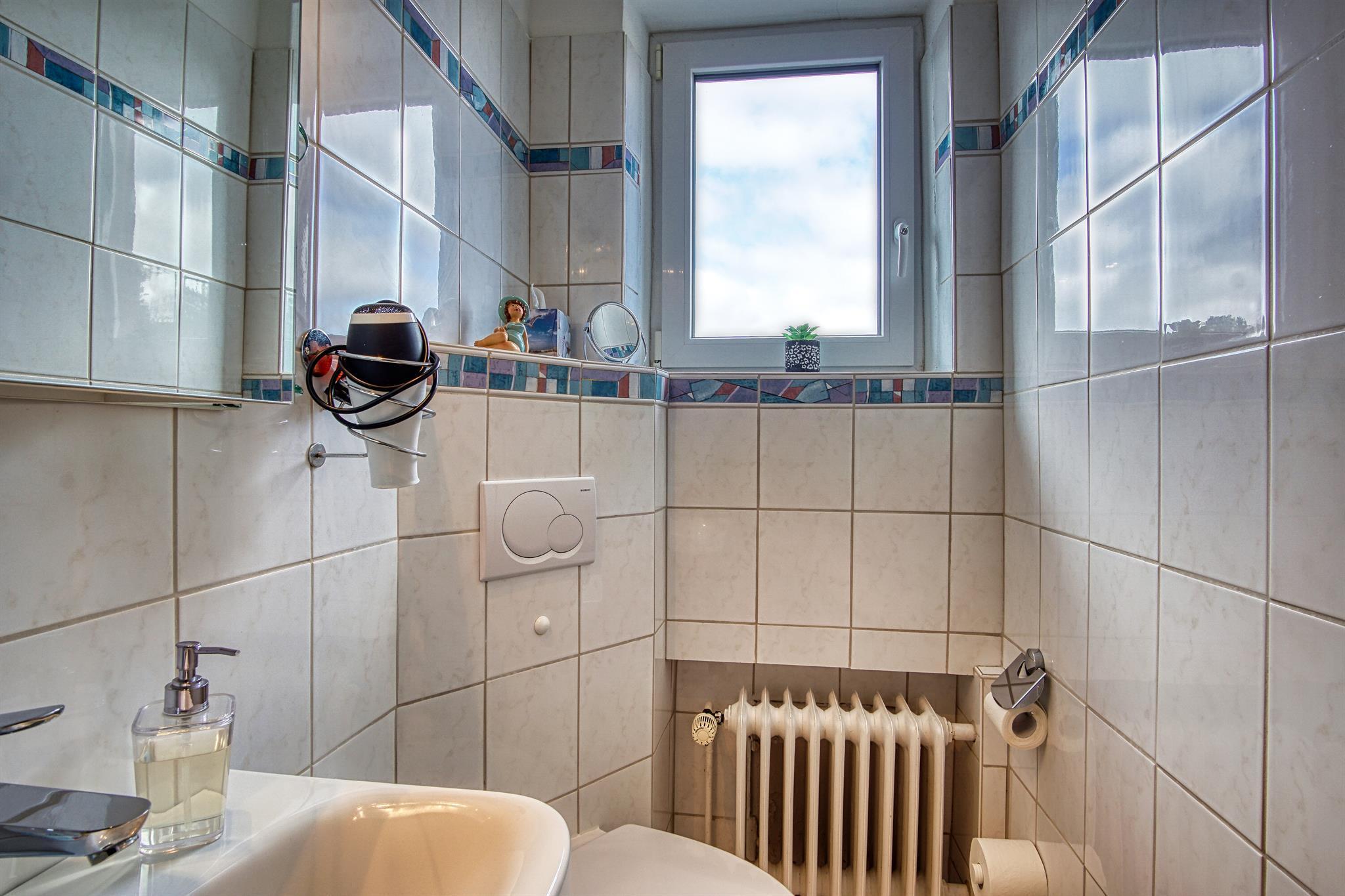 Badezimmer mit Fenster Zimmer Nr. 8