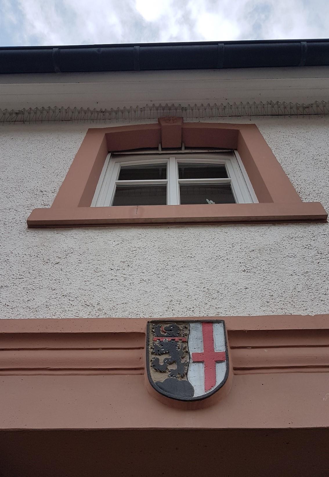Wappen über dem Eingang zur Zehntscheune