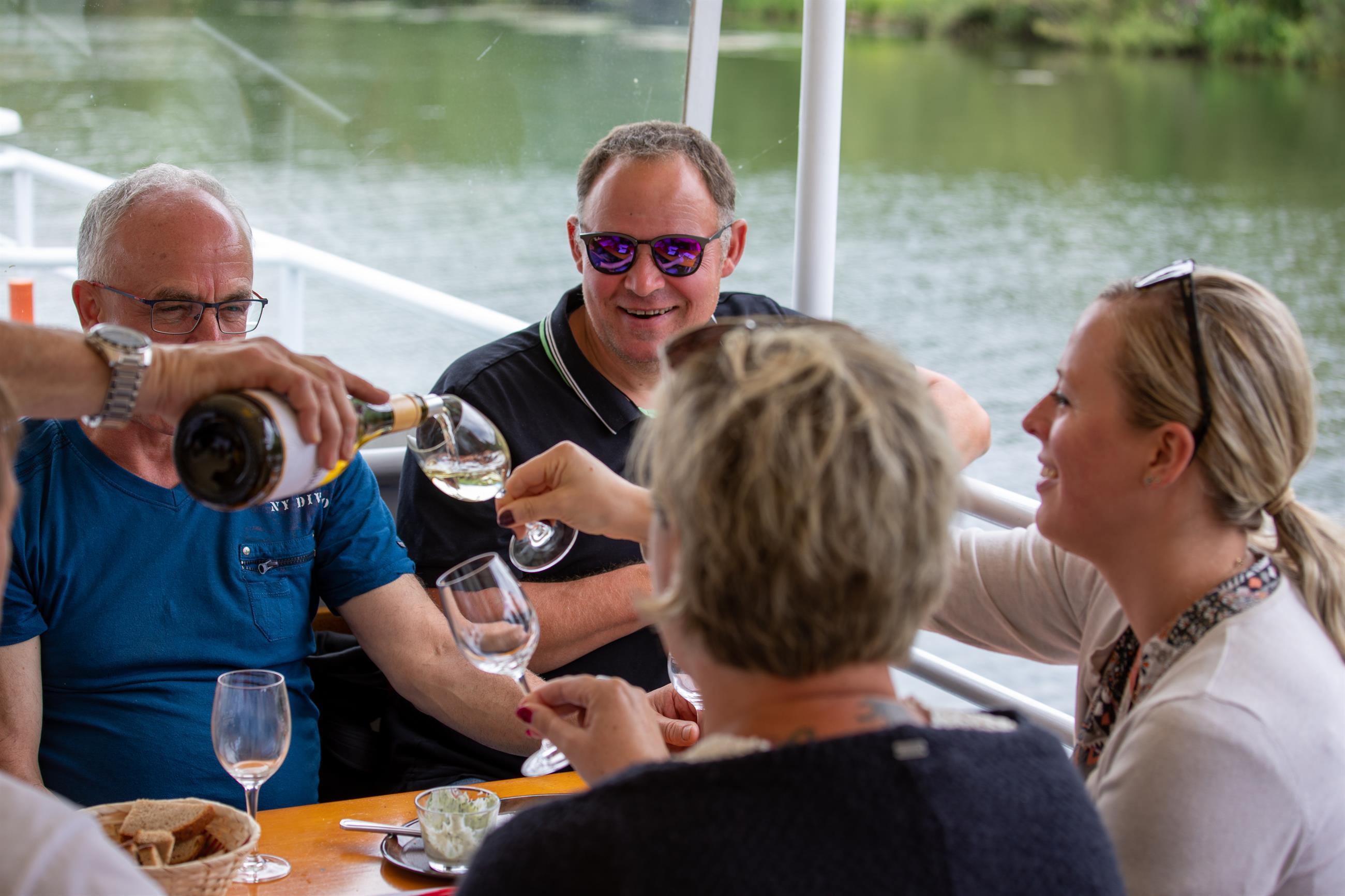 Weinprobe auf dem Schiff