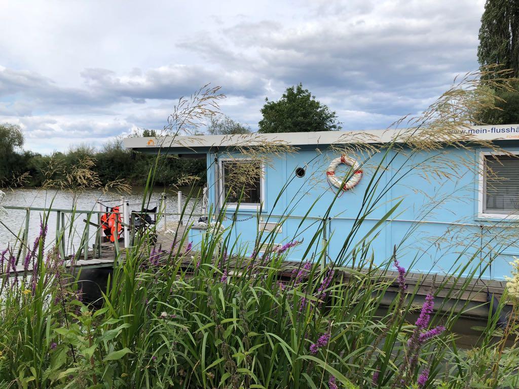 Hausboot am Lahnufer