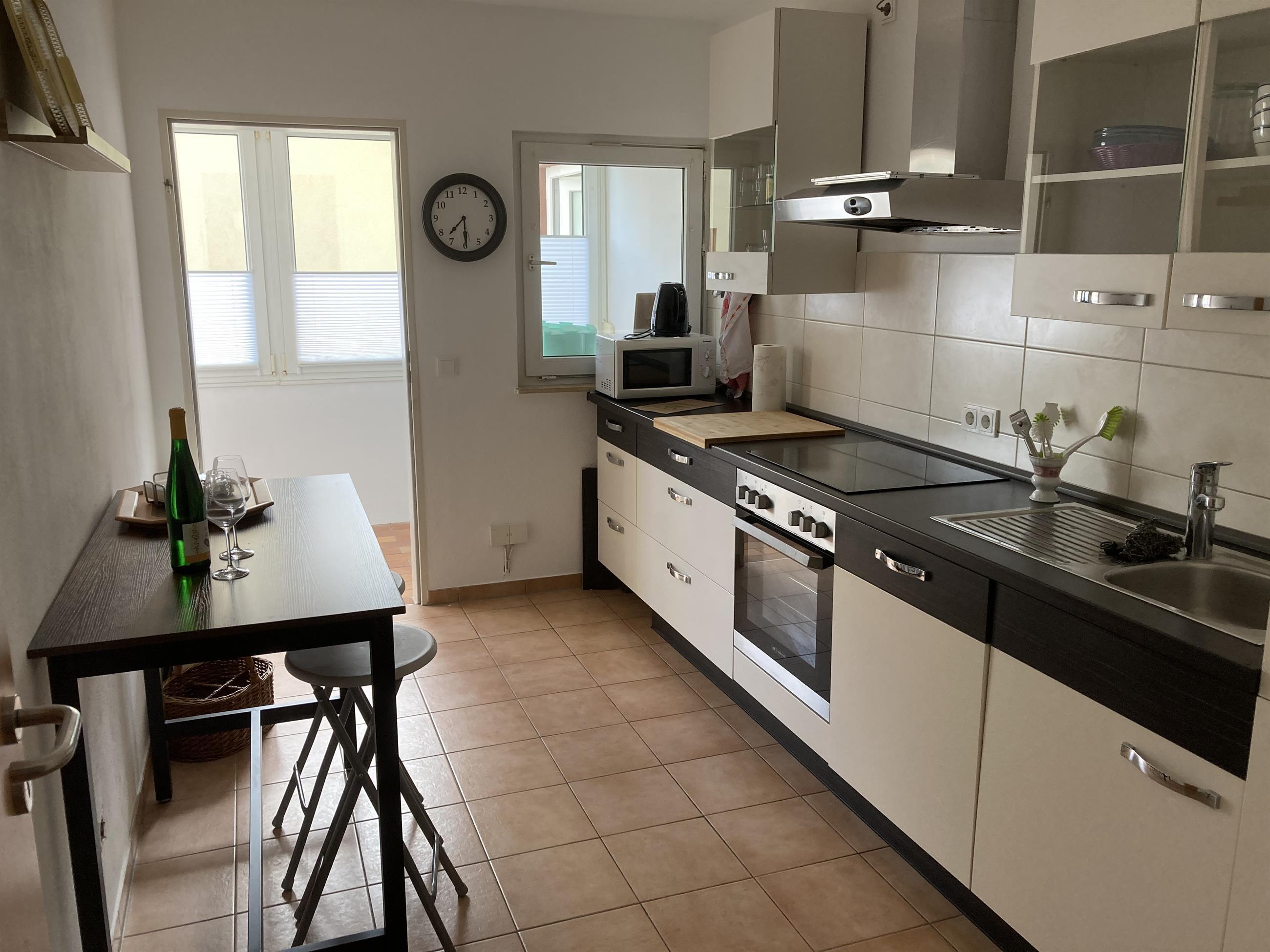 Küche mit Zugang zum Ballkon