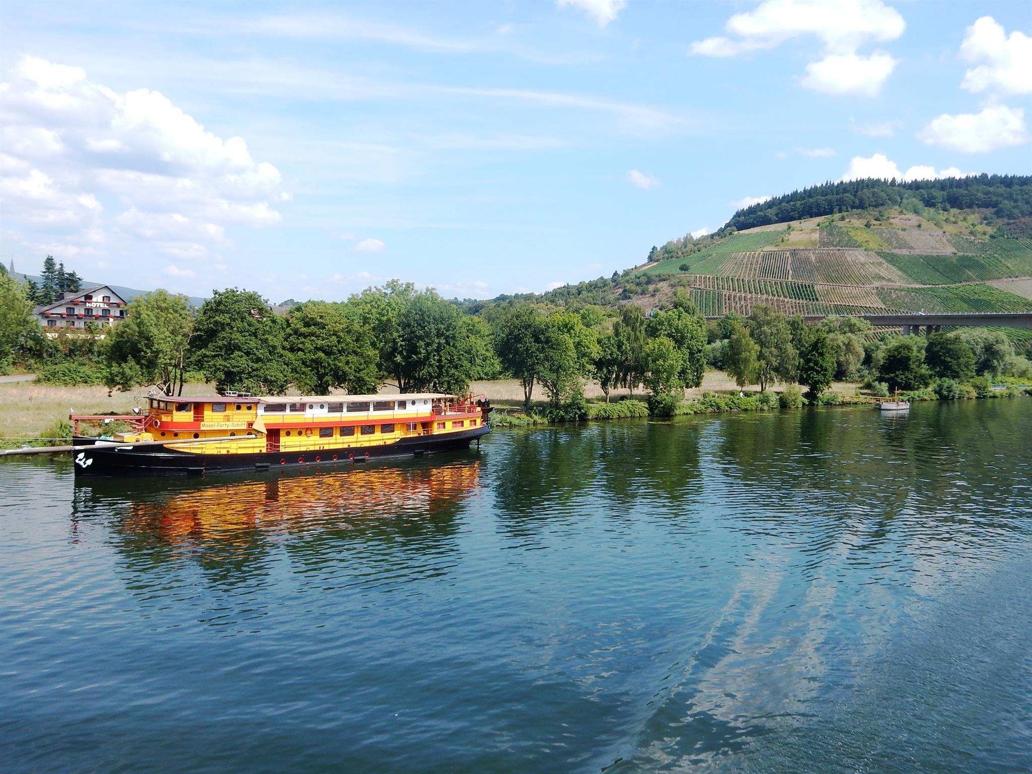 Mosel-Party-Schiff mit Schweich Annaberg