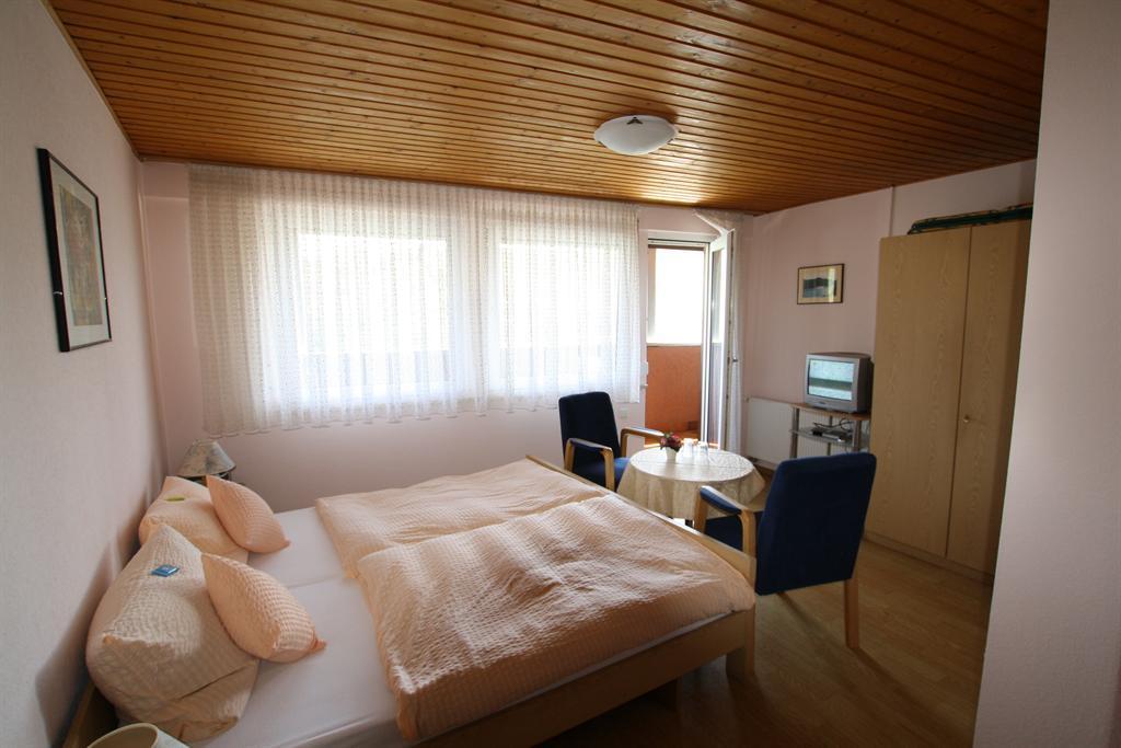 Zimmer a)