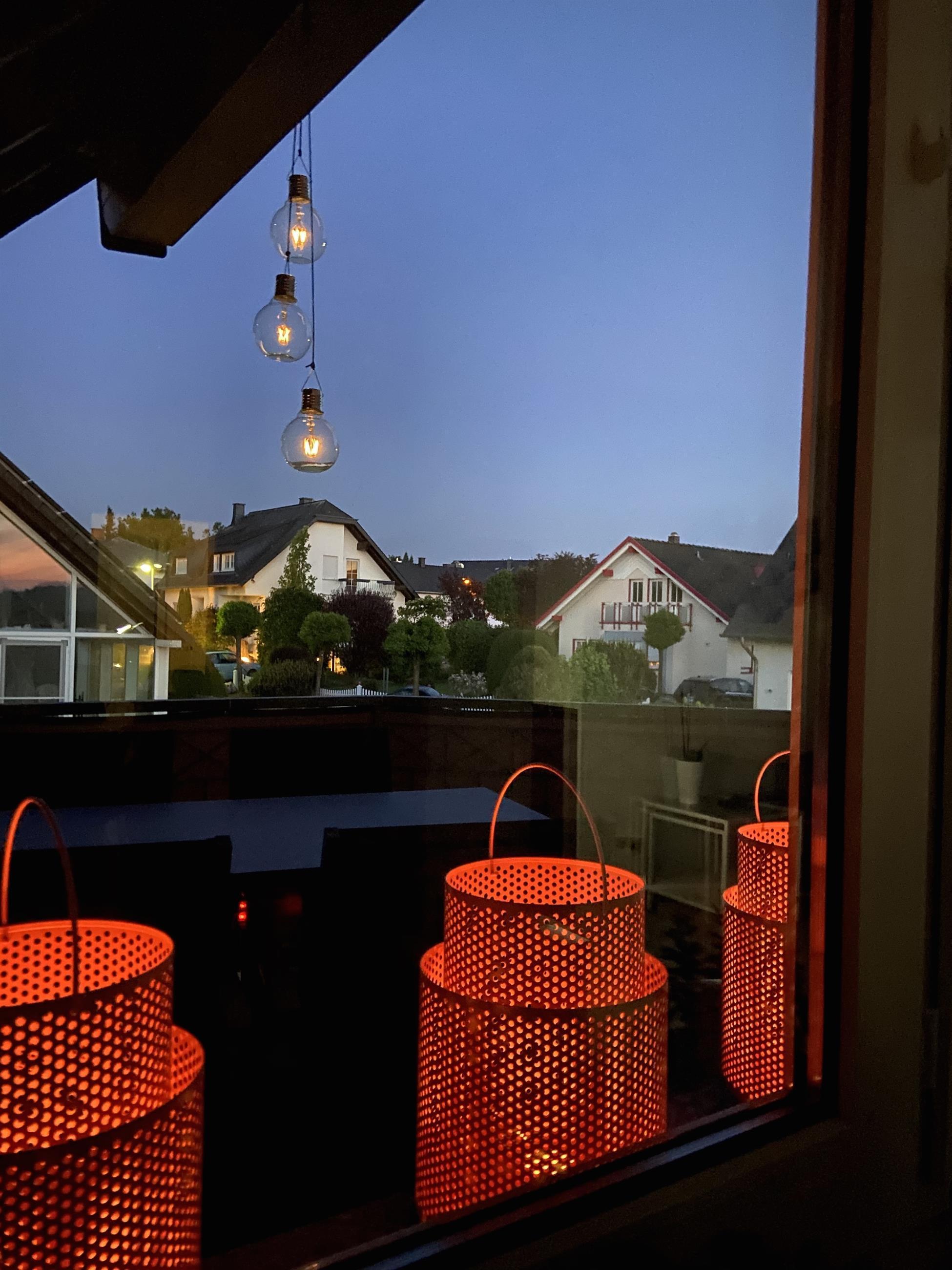 Abendlicher Blick aus der Leseecke auf den Balkon