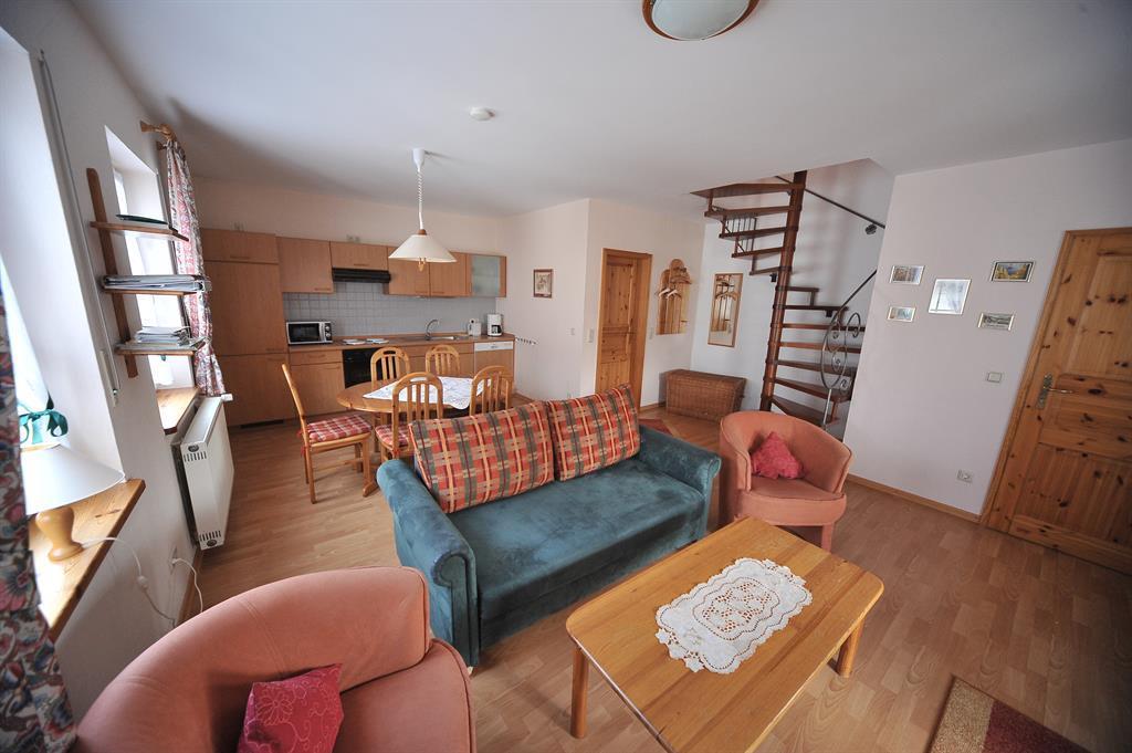 Wohnraum mit Treppe zu den Schlafräumen