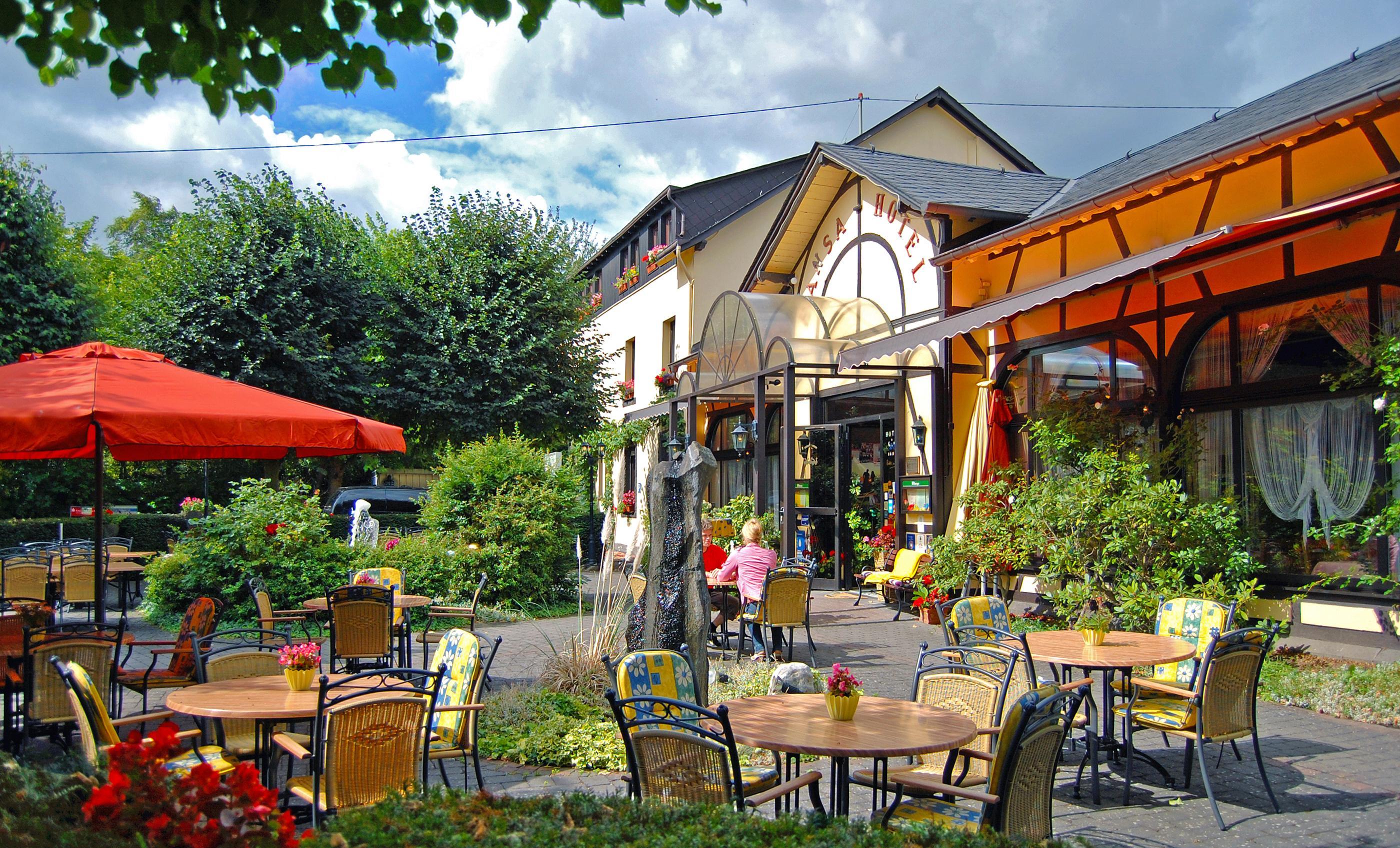Sommergarten mit schattigen Linden, @ A. Rüber