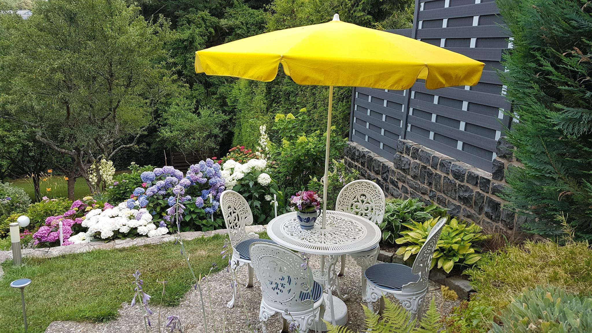 Café-Ecke im Garten