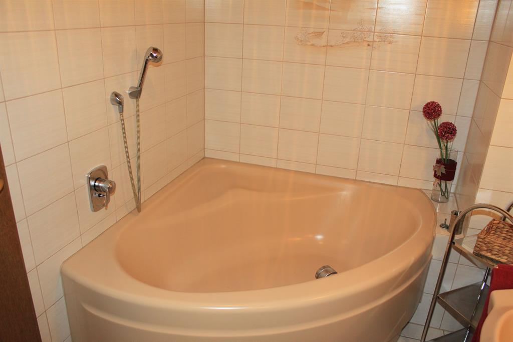 Badezimmer 1 Badewanne