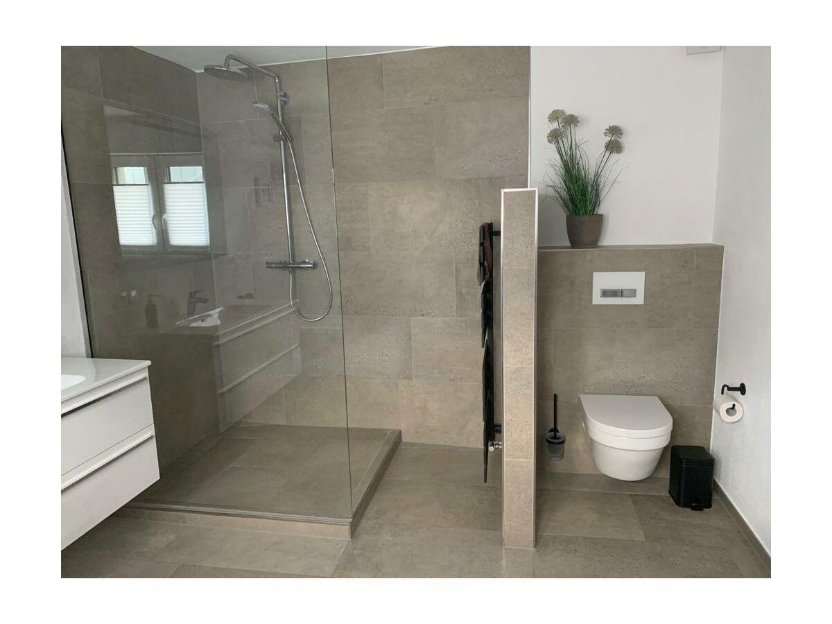 Modernes Badezimmer mit Dusche & Badewanne