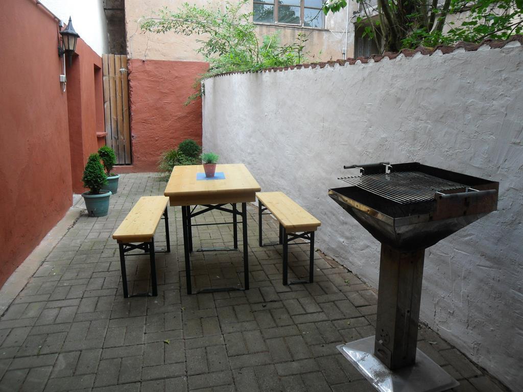 Hof mit Garnituren und Grill