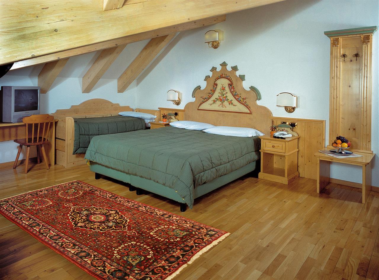 Schloss hotel dolomiti uhc canazei val di fassa for Turco arredamenti offerte