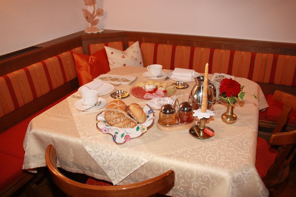 Einladender Frühstückstisch